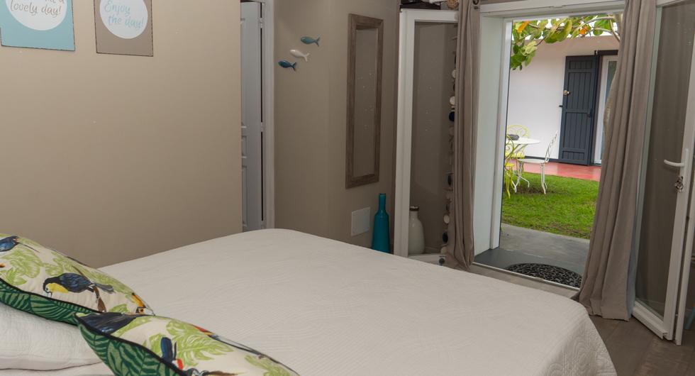 Cote-lagon-cabane-bedroom-outside-view